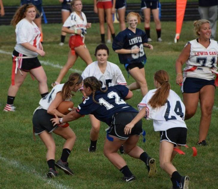 chicas jugando fútbol americano
