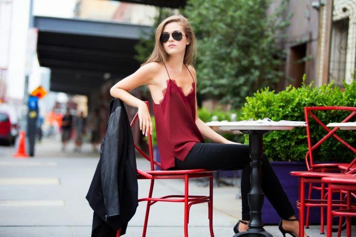 Chica sentada esperando para tomar un café