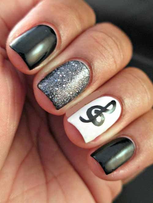 arte en uñas tonos escala de grises con nota musical