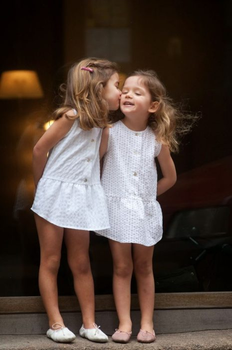 hermanas gemelas besándose