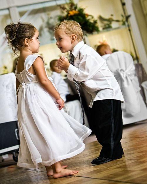 niño bailando con niña