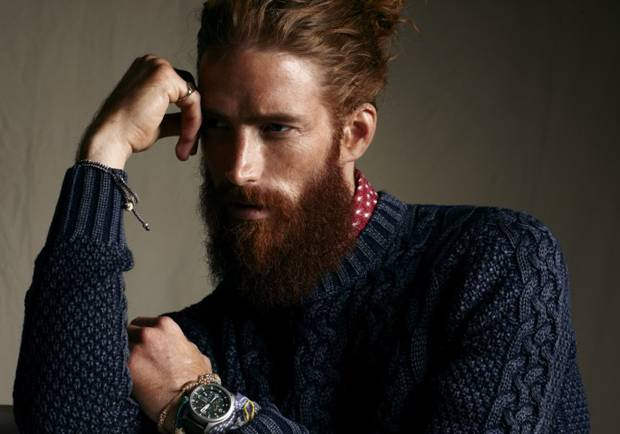 modelo con barba larga pelirrojo