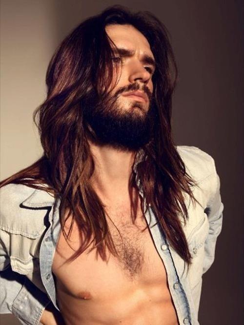 modelo cabello largo y barba