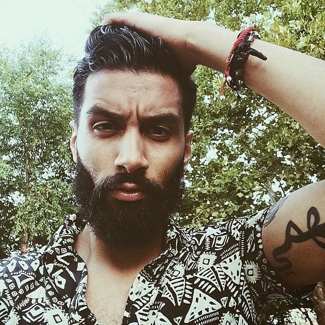 modelo con barba y cabello corto