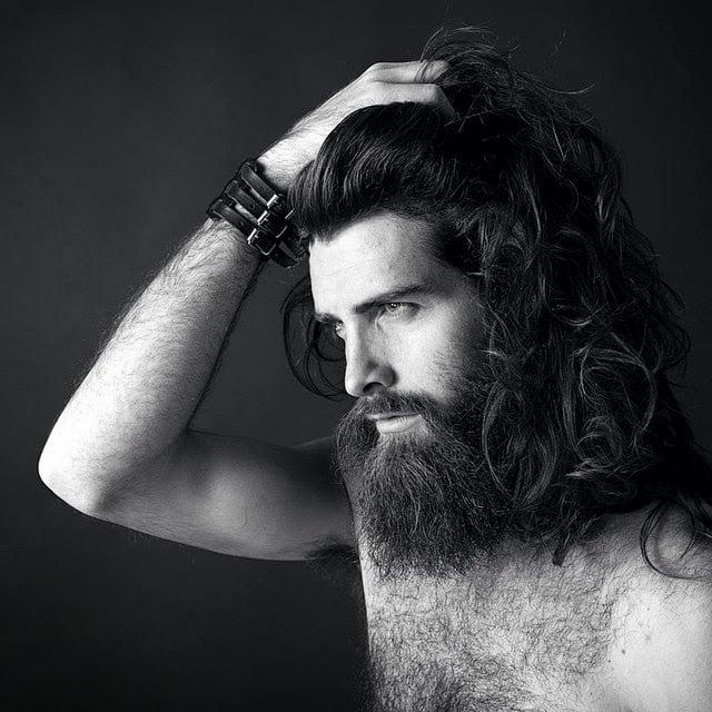 modelo con barba y cabello largo