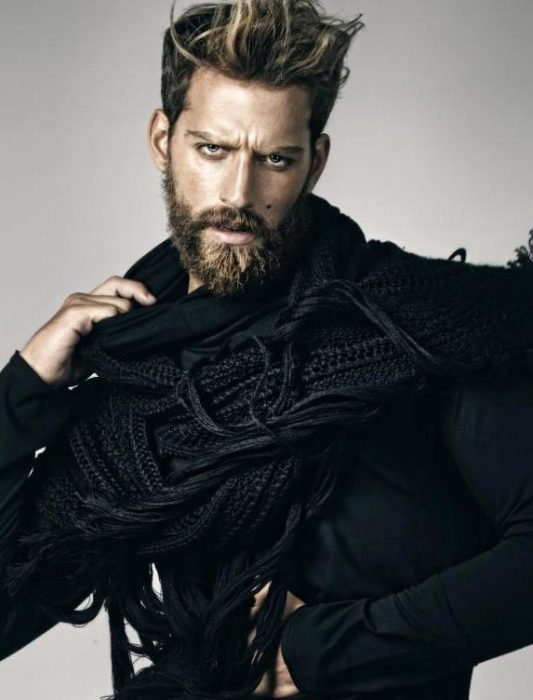 hombre posando con barba