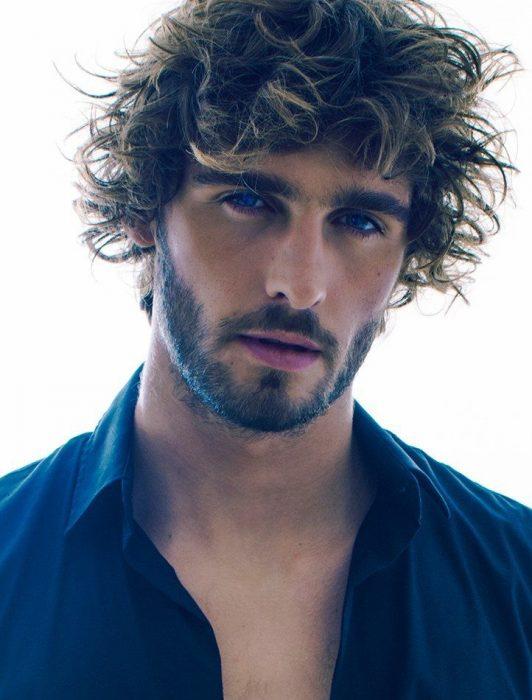 modelo con barba y cabello alborotado