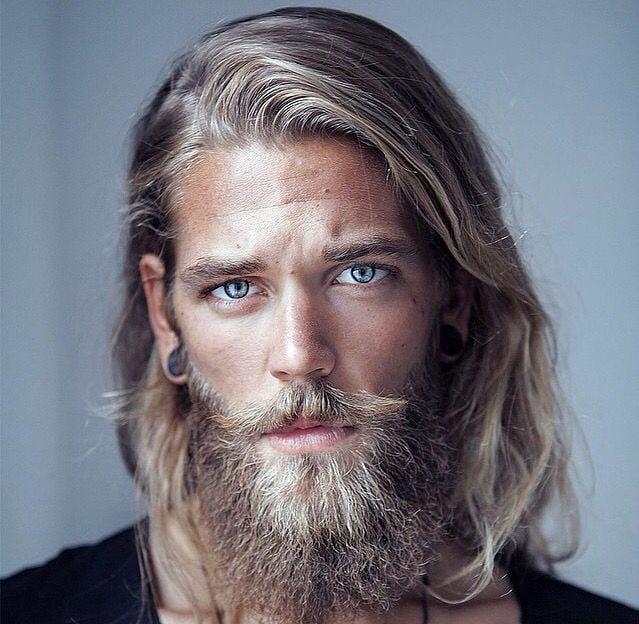 hombre rubio con barba