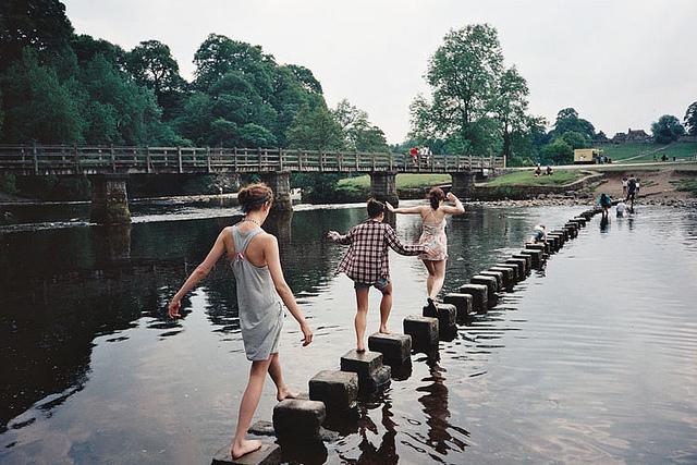amigos cruzando un lago