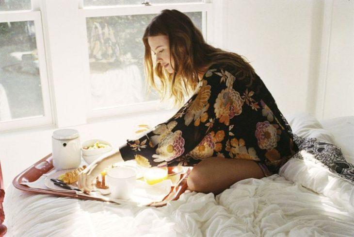 chica desayunando en cama