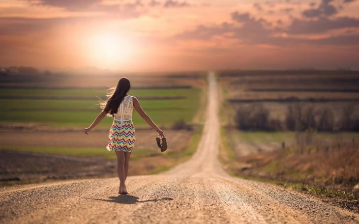 mujer descalza en el camino