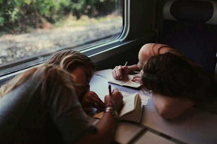 chicas escribiendo en un tren