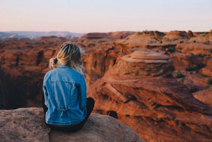 chica sentada en montaña