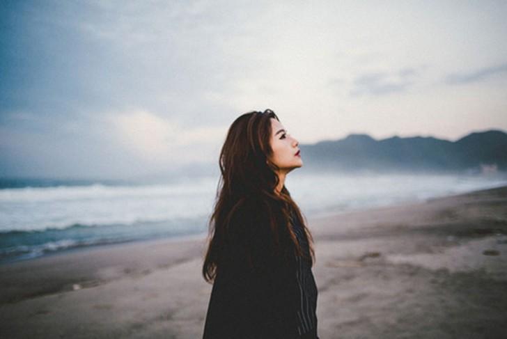 mijer en la playa caminando
