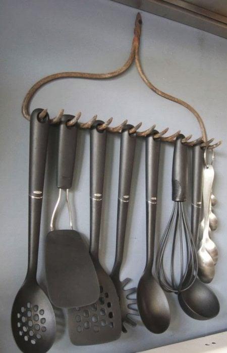 rastrillo para colgar cubiertos de cocina