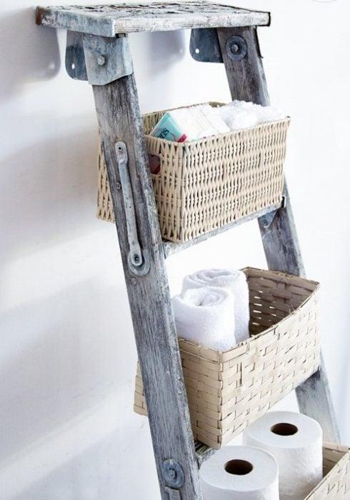 escalera vieja con canastas