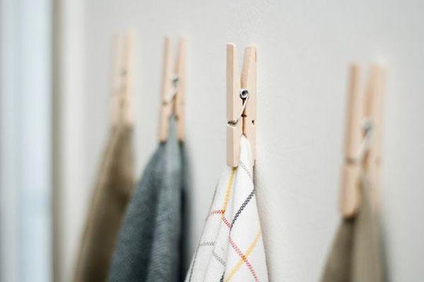 ganchos para ropa colocados en pared