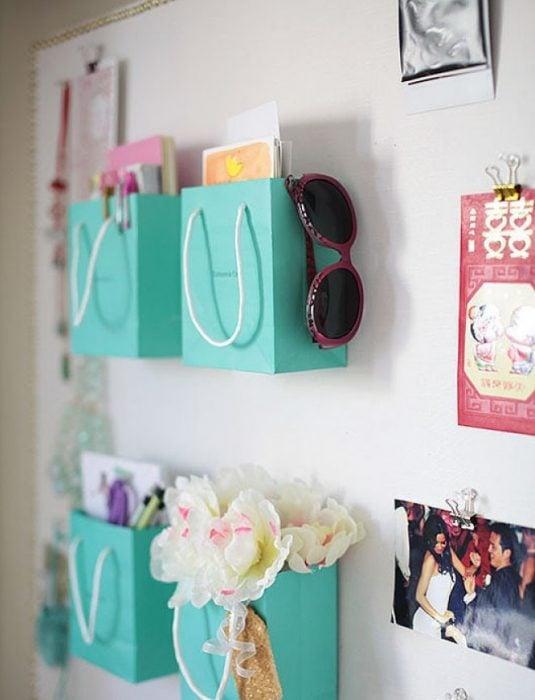bolsas de papel colgadas en la pared