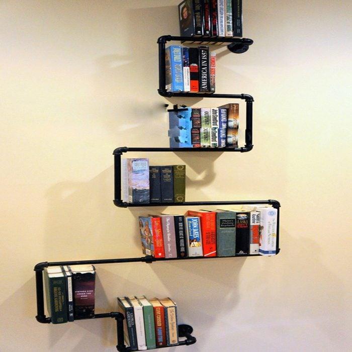 tubos como estantes para libros