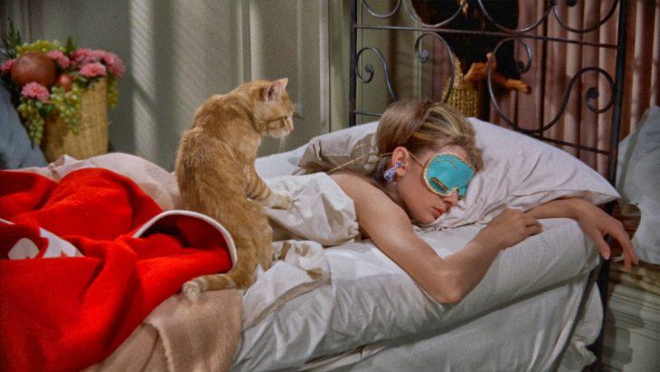 chica dormida en cama