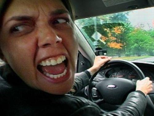 mamá al volante enojada