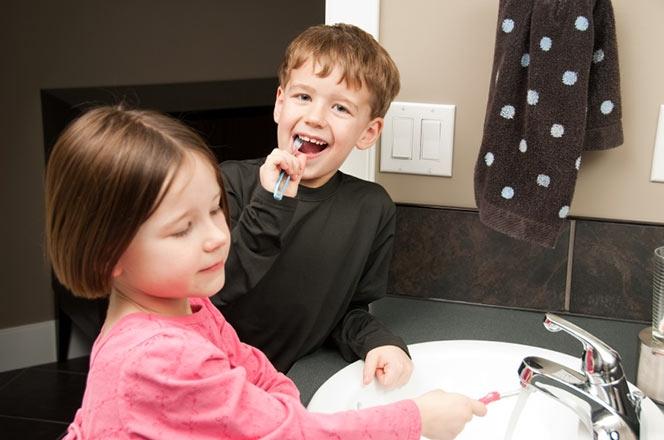niños cepillándose los dientes