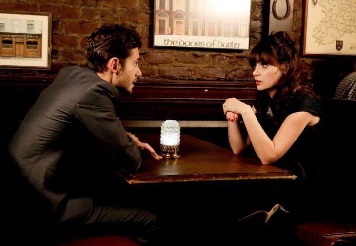 escena de la serie new girl jess hablando con un chico en un restaurant