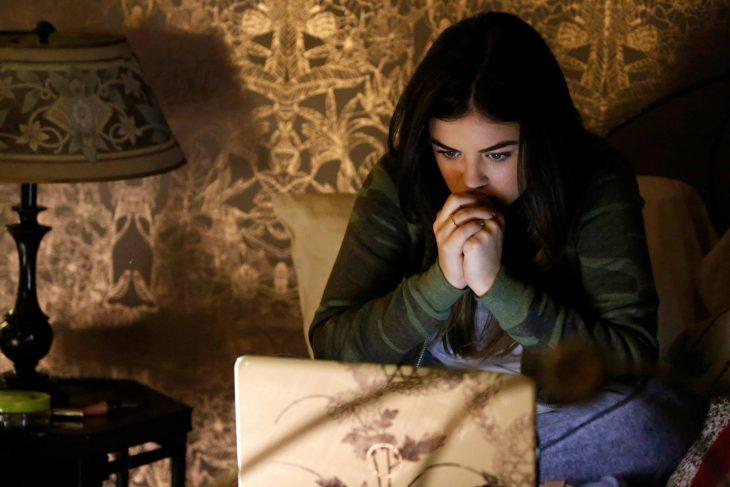 Aria frente a la computadora. Escena de la serie pretty little liars