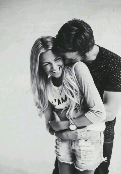 Pareja de novios abrazados riéndose