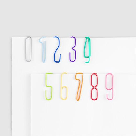 Clips en forma de números de colores