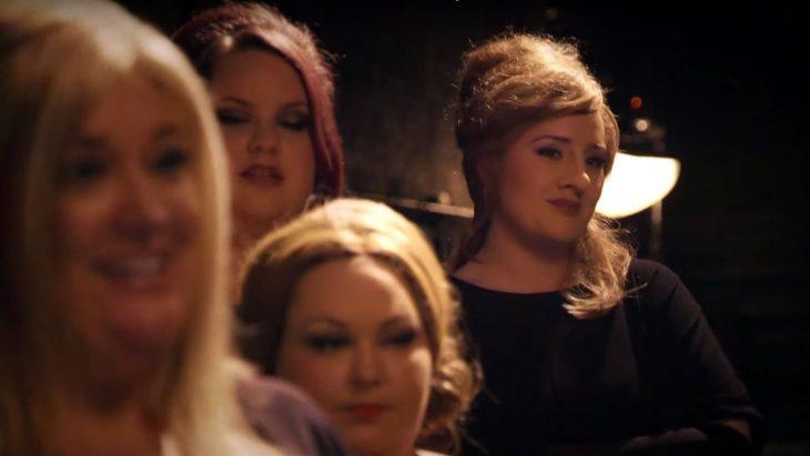Adele con grupo de imitadoras