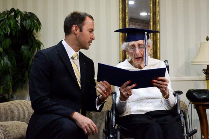 Mujer recibiendo su diploma de secundaria después de 79 años