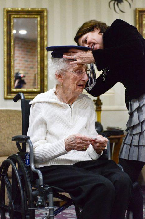 Mujer usando su birrete de gradución despues de 79 años