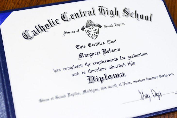 Diploma de una mujer que se graduó después de 79 años