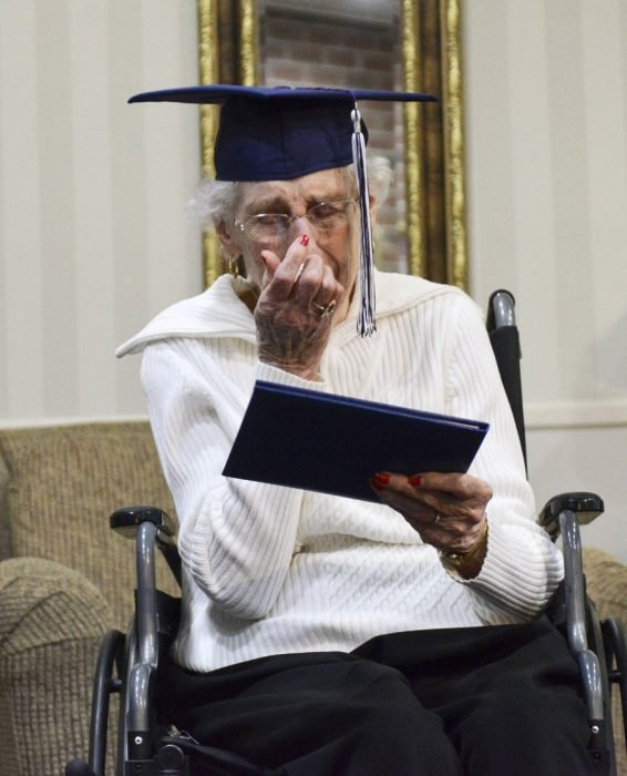 Abuela recibiendo su diploma de la escuela después de 79 años