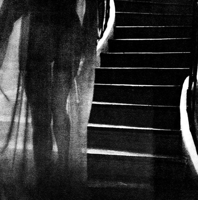 Angelina Jolie bajando por escaleras