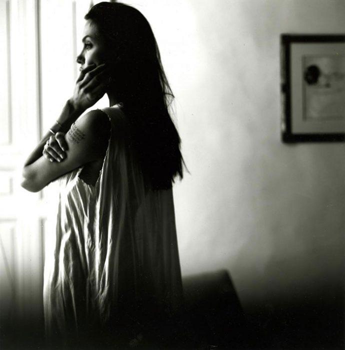Angelina Jolie mirando por la ventana