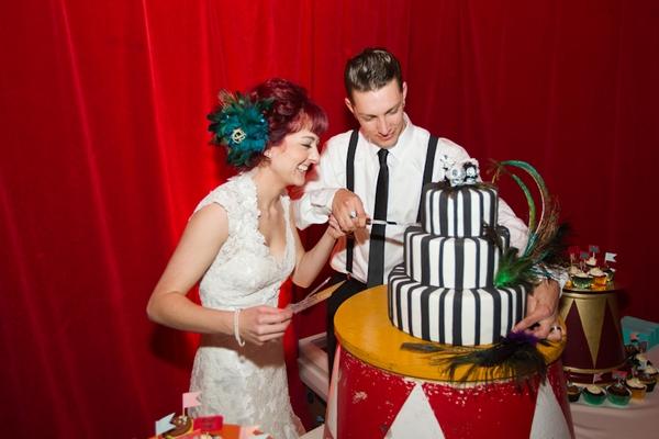 novios partiendo pastel boda circo vintage