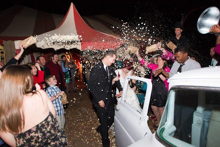 novios saliendo boda circo vintage