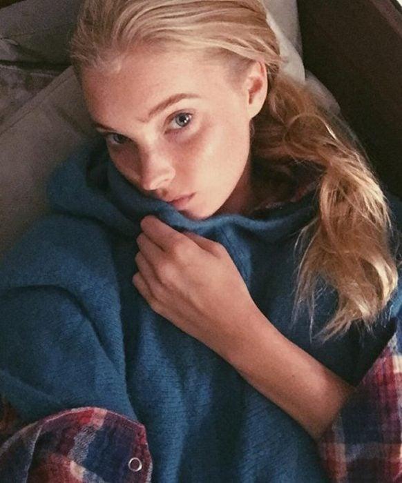 Modelo Elsa Hosk recién levantada de su cama