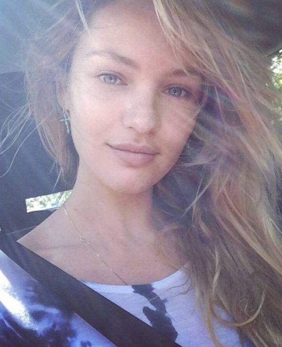 Modelo Candice Swanepoel sin maquillaje conduciendo su auto