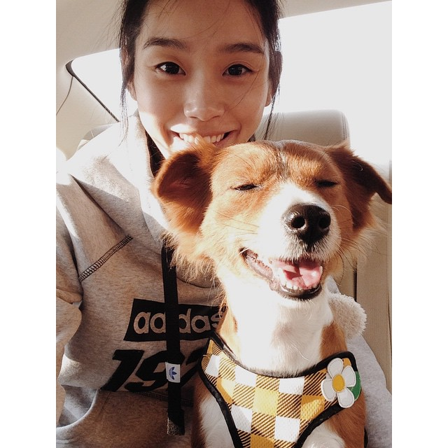 Modelo de victoria secret Ming Xi sin maquillaje junto a su perro