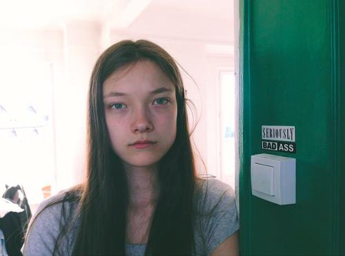 Modelo de victoria secret Yumi Lambert sin maquillaje parada en la puerta de su departamento