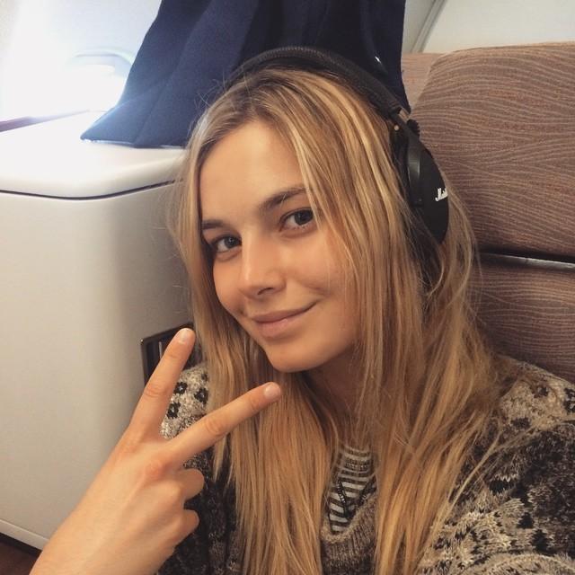 Modelo de victoria secret Bridget Malcolm sin maquillaje en un avión