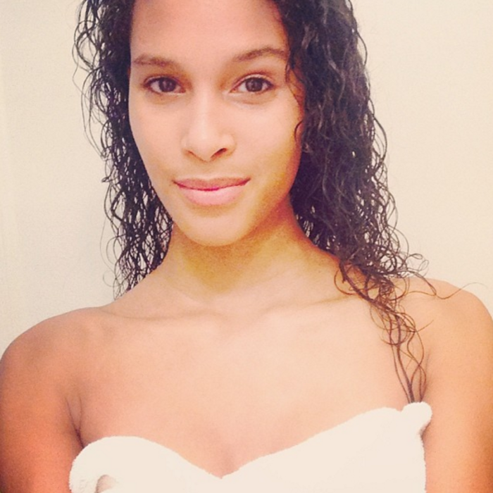 Modelo Cindy Bruna sin maquillaje luego de bañarse