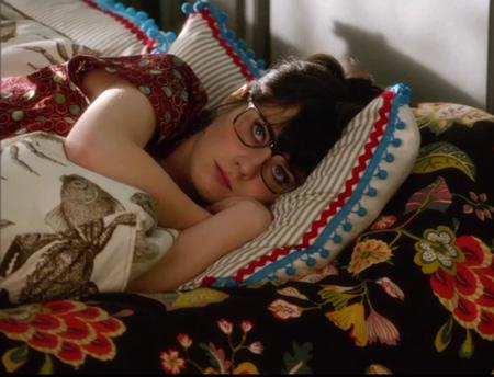 Zoey deschanel recostada en una cama