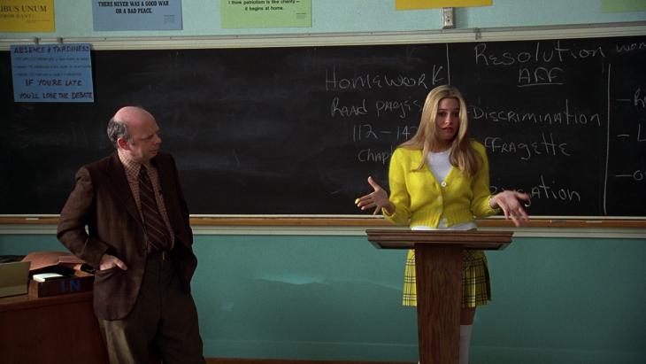 Escena de la película clueless chica dando un discurso
