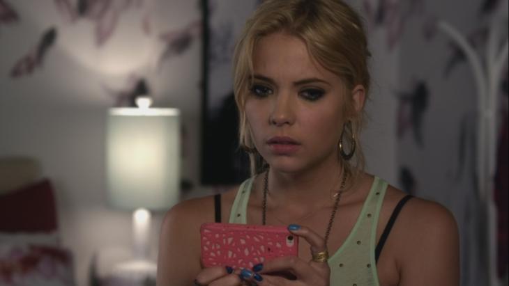 Hanna de pretty little liars viendo su teléfono