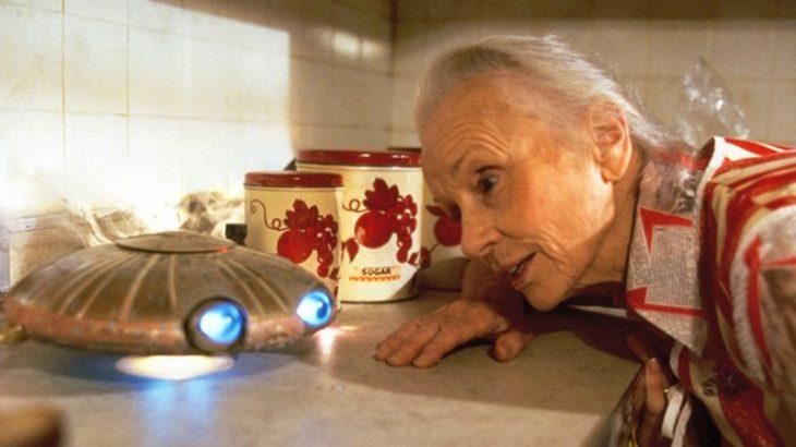 Abuela viendo un objeto
