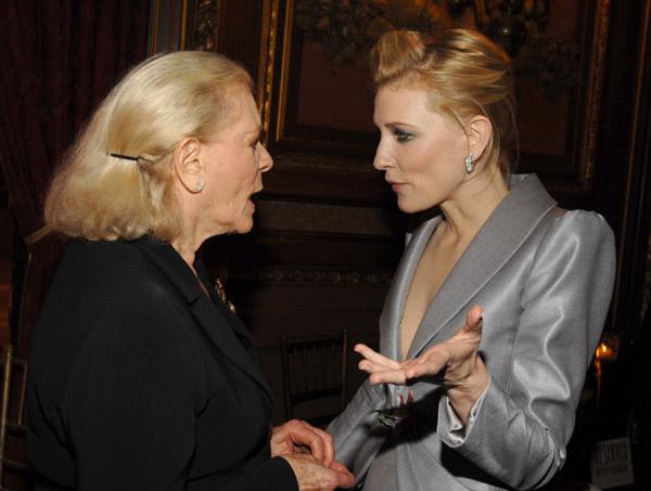 Abuela discutiendo con su nieta